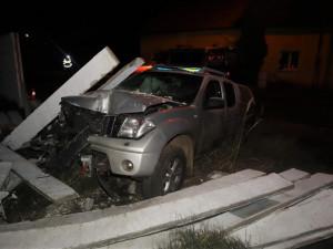 Opilý motorista překonal s autem příkop a zdemoloval betonovou hradbu