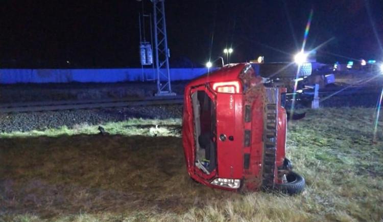 Opilý řidič přeletěl železniční přejezd a narazil do signalizačního zařízení