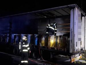 Večerní drama na dálnici D5, exploze baterií v návěsu kamionu i další nehody