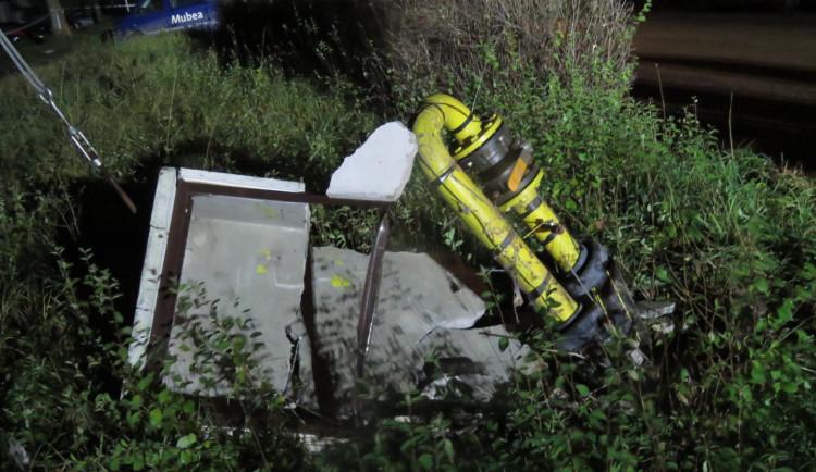 Řidič náklaďáku narazil do sloupku, ze kterého začal unikat plyn