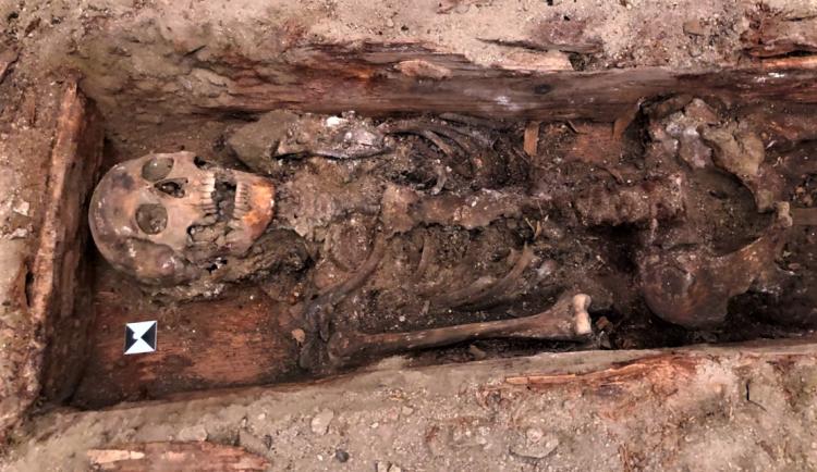 Unikátní objev v klatovských katakombách! Archeologové tam nečekaně našli pohřbené tělo