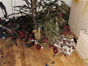Od prskavky vzplál v Plzni vánoční stromek, požár se pak rozšířil na zařízení bytu