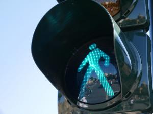 Opilá řidička smetla semafor pro chodce, spolujezdec ve stejném stavu bral vinu na sebe