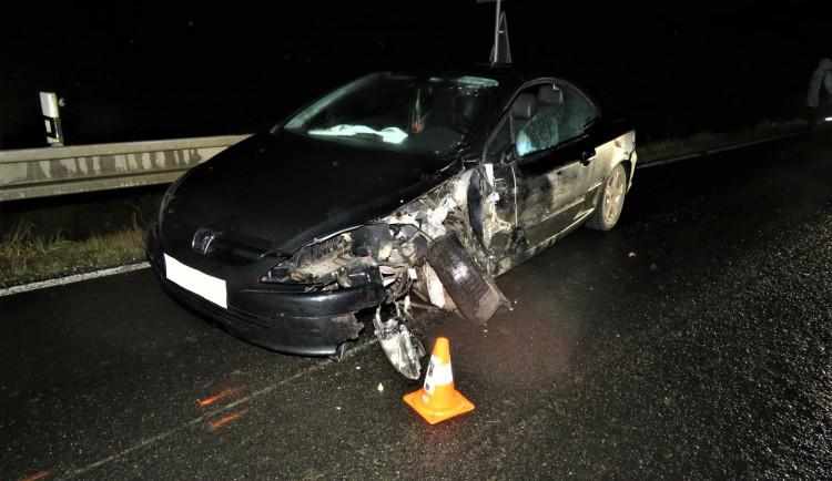 Viník nehody utekl od havarovaného vozidla po srážce s dodávkou, hledá ho policie