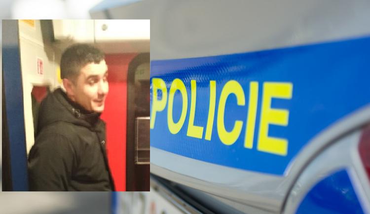 Obnažený muž onanoval před cestující ve vlakovém kupé, teď ho hledá policie