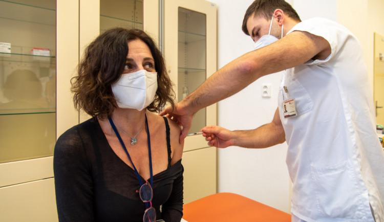 První záchranáře začne od neděle očkovat plzeňská fakultní nemocnice