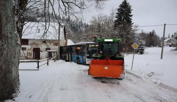 Traktor spěchal vytáhnout autobus zapadlý do závěje, cestou naboural jiný autobus