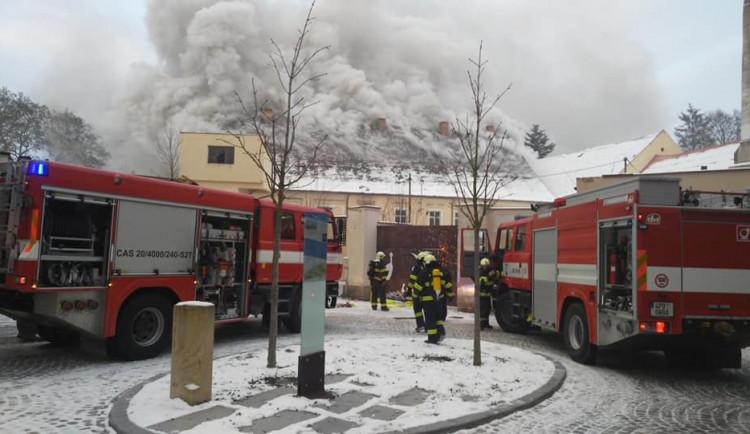 Hasiči zasahují u požáru bývalého pivovaru