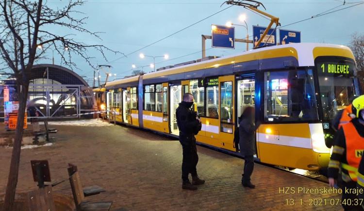 Tramvaj v centru Plzně srazila muže, zraněním v nemocnici podlehl