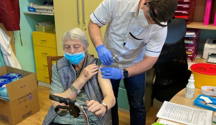 Mobilní týmy očkují v Plzeňském kraji v zařízeních sociální péče