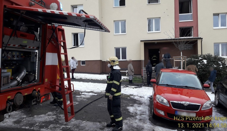 Kvůli požáru bytu museli hasiči evakuovat celý dům