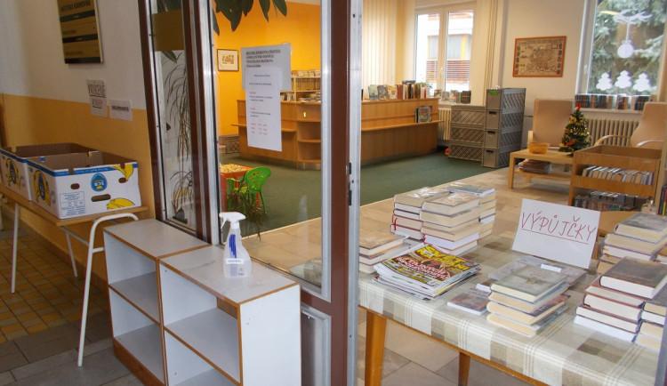 Knížky za dveřmi nebo v krabicích od banánů, malé knihovny řeší pandemii po svém