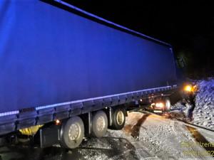 Silnice uzavřené kvůli sněhu a nehoda náklaďáku na D5, taková je dnes situace v kraji