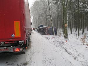Řidiči pozor, silnice v kraji mohou nadále namrzat, někde je navátý sníh