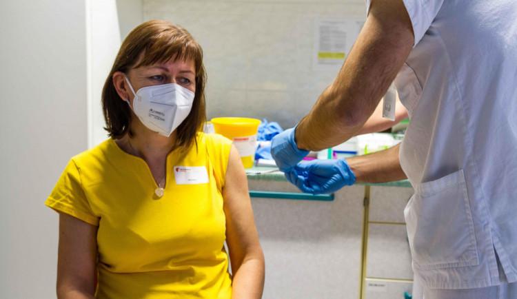 Průtokové vakcinační centrum se v Plzni začne budovat až v březnu, prioritu má očkování seniorů a zdravotníků