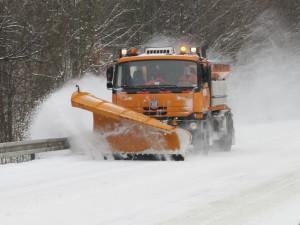 Dopravu v Plzeňském kraji komplikuje sníh, na silnici I/20 uvízl v kopci kamion