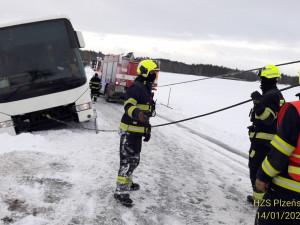 Hasiči vyprošťovali autobus, který sjel na severním Plzeňsku ze silnice a uvízl v závěji