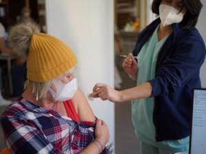 Seniorům v Plzni pomohou s registrací k očkování pracovníci speciálního call centra