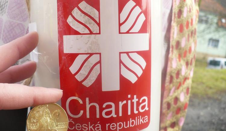 Charita rozmisťuje tříkrálové pokladničky do obchodů a lékáren