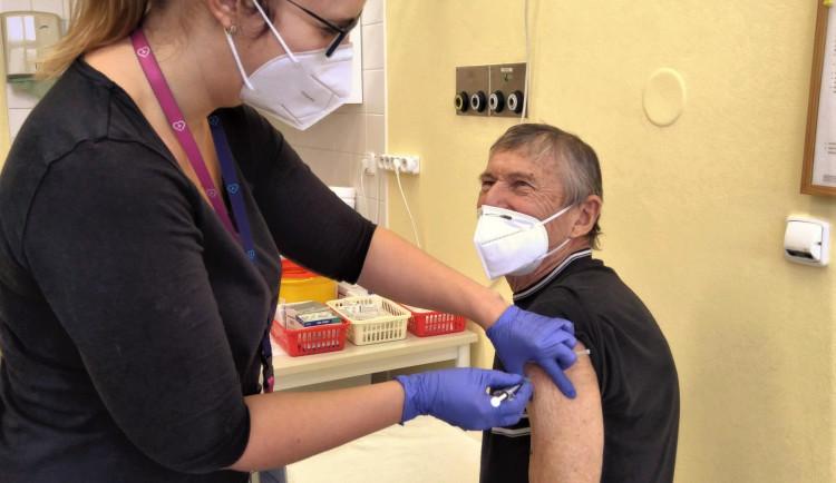 Nemocnice v Plzeňském kraji mají na tento týden jen 280 vakcín pro registrované seniory