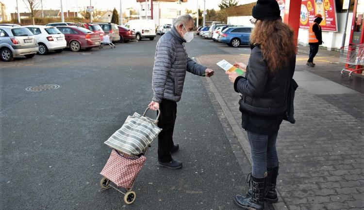 Dobrovolníci roznáší tisíce letáků, o nabídce pomoci chce dát město vědět všem seniorům