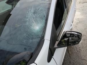 Opilý popelář seskočil ze stupátka svého vozidla a dopadl na kapotu jedoucího vozu