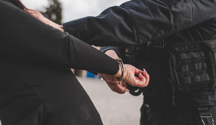 Zfetovaná žena napadala strážníky, utéct se jí podařilo i ze sanitky