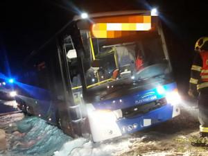 Autobus sjel do příkopu, kde ho uvěznil sníh, hasiči povolali těžkou techniku