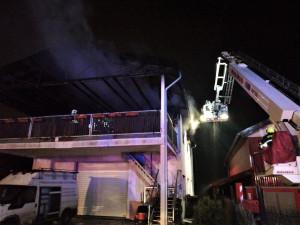 Hasiči na Plzeňsku likvidovali požár domu, plameny zničily střechu i obytnou část