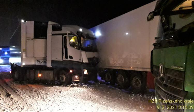 Přívaly sněhu opět potrápily řidiče v Plzeňském kraji, nehoda kamionů ochromila provoz dálnice D5