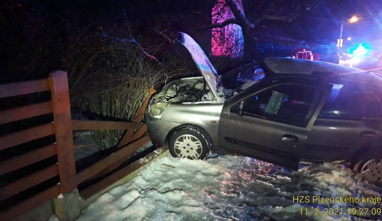 Těžký večer záchranářů v Plzeňském kraji, zasahovali u sedmi nabouraných vozů