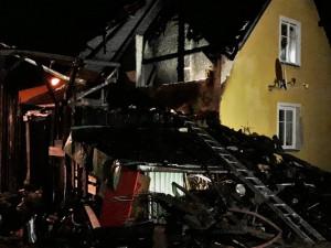 Požár zničil přístavek a střechu rodinného domu, jeden z hasičů se lehce zranil
