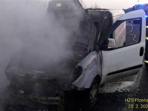 Dodávka začala hořet za jízdy na dálnici D5 nedaleko od Plzně