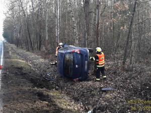 Senior dostal na silnici smyk a skončil v příkopu o chvíli později dopadla podobně i další řidička