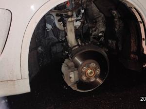 Nářek a zoufalé mňoukání, kočku zaklíněnou u motoru auta museli vyprostit policisté