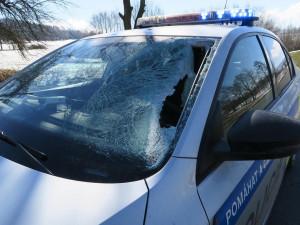 Kus ledu proletěl čelním sklem policejního vozu, jen těsně minul řidičku
