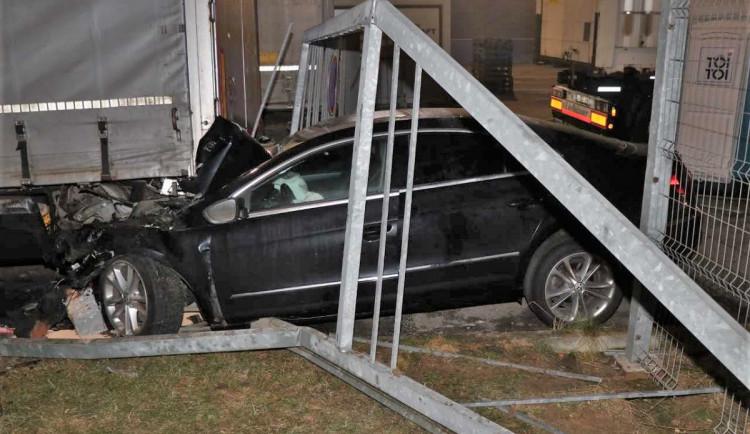 Silně opilý řidič prolétl branou a napasoval vůz pod kamion