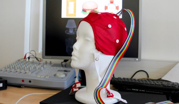 Ovládat počítač pouhou myšlenkou? Vědci z Plzně představují svůj unikátní projekt