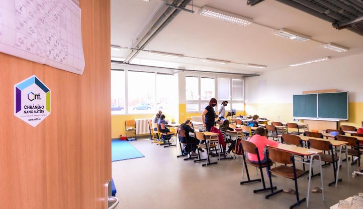 Speciální nátěr likviduje viry a bakterie, ochránit má děti ve škole