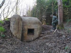 Když nemají školu, čistí bunkry. Čtyři chlapci by z nich rádi vytvořili malé muzeum
