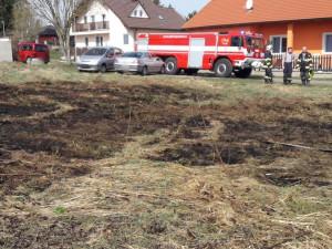 Vypalování trávy se může rychle vymknout kontrole, hasiči už mají na kontě několik výjezdů