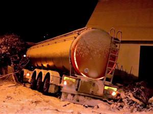 Ve vánici skončila cisterna s mlékem zapíchnutá do zdi domu, další náklaďák zůstal viset na plotě
