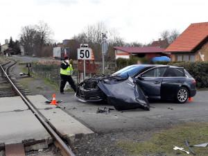Osobní vlak smetl na nechráněném přejezdu řidičku s vozem AUDI