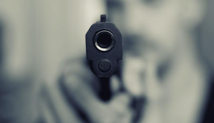 Majitel domu zastřelil zloděje, peníze na právníky mu posílají lidé z celé země