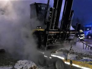 Na návěsu kamionu zcela shořel naložený vysokozdvižný vozík, škoda přesáhla milion