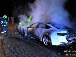 Neznámý žhář zapálil před domem ukrajinské podnikatelce vůz AUDI A5