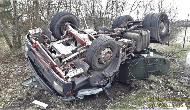Řidič převrátil cisternu s močůvkou, hasiči na místě jímají unikající palivo