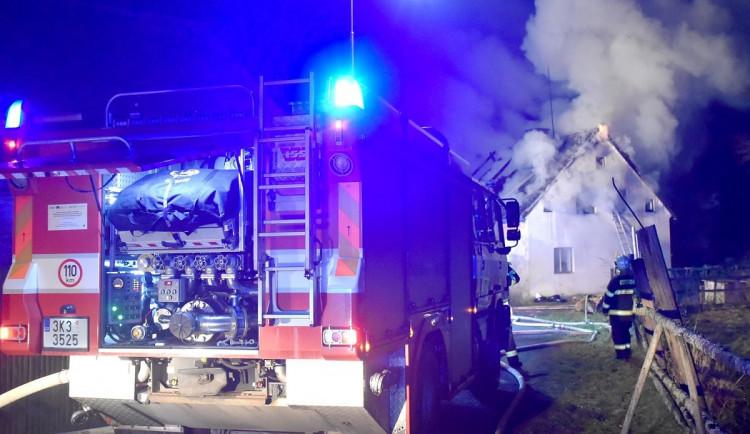 Oheň zachvátil rodinný dům, žena a tři děti se nadýchaly kouře