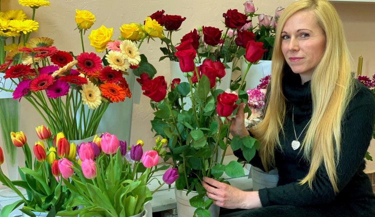 Lockdowny postupně zlikvidovaly kadeřnici dva salony, raději si otevřela květinářství