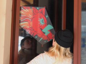 Na problematiku potratů v Polsku upozorňuje výstava v oknech plzeňského nádraží